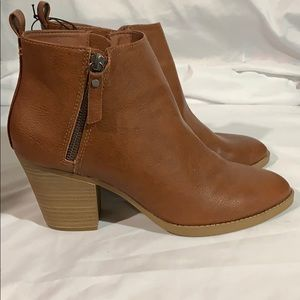 Universal Thread size 11 brown boots